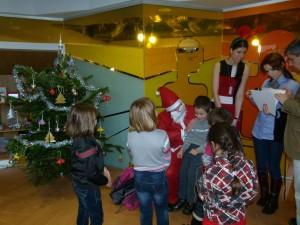 Copiii primesc cadourile de la Moș Crăciun